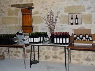 Le vin est mis en bouteille et habillé , puis placé dans des cartons.