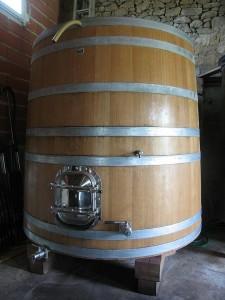 Une cuve en bois dans le chai de vinification.