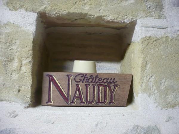 Pancarte en bois portant l'inscription : Château Naudy